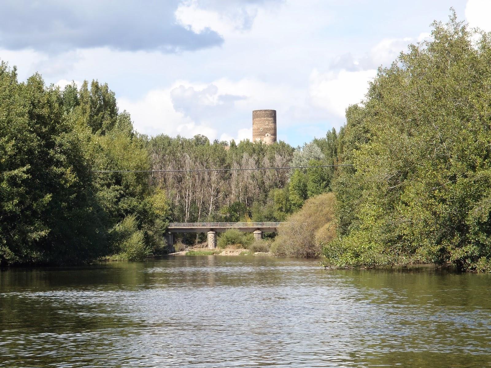 Pescando al amparo de la Torre de Ordás.